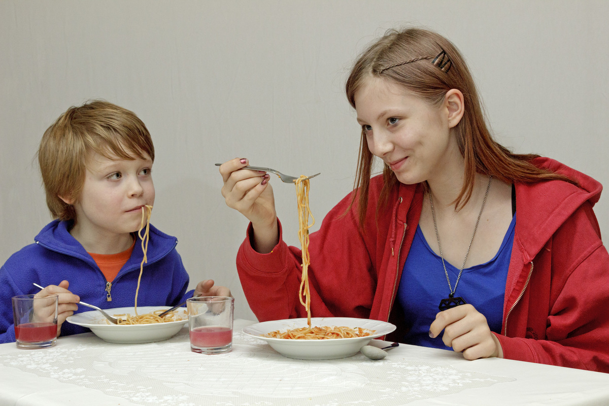 Children eat spaghetti today.